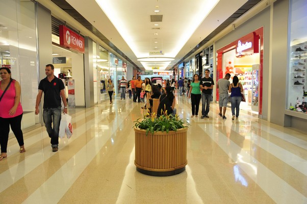 Com e sem experiência: Rede de lojas oferece vagas para 2 funções em 2 Shoppings